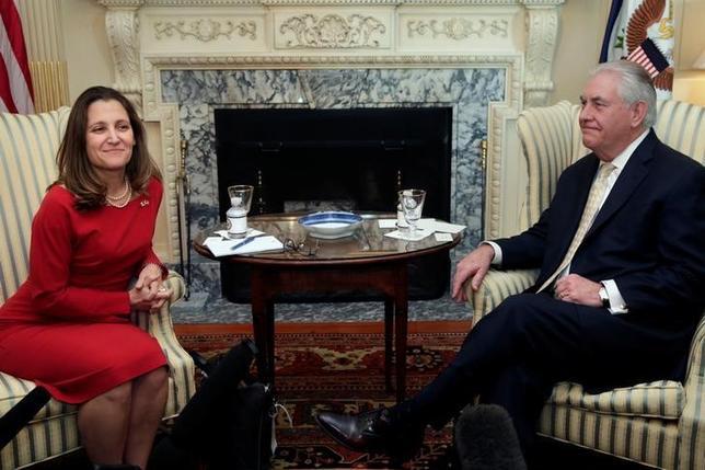 2月8日、ティラーソン米国務長官(写真右)は、ワシントンの国務省でカナダのフリーランド外相(写真左)と就任後初めて会談し、北米自由貿易協定(NAFTA)を巡り協議した。ワシントンで撮影(2017年 ロイター/Yuri Gripas)