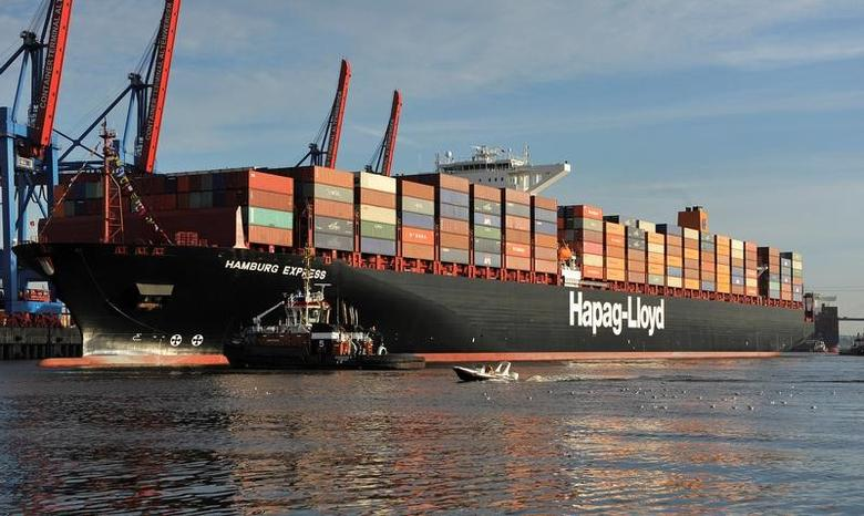 A towboat tows the container ship ''Hamburg Express'' as it arrives at the Port of Hamburg, August 15, 2012.     REUTERS/Morris Mac Matzen/File Photo