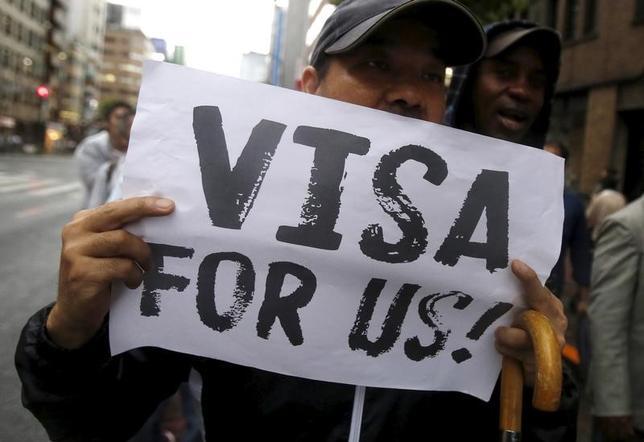 2月9日、2016年に日本で難民認定を申請した外国人は1万0901人と過去最多を更新したことが分かった。関係筋が明らかにした。写真は2015年9月、都内で行われた難民認定の拡大を求めるデモ(2017年 ロイター/Yuya Shino)