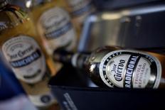 La mexicana José Cuervo, la mayor productora de tequila del mundo, fijó el jueves en 34 pesos (1,55 euros) el precio por acción para su salida a bolsa, el nivel más alto estimado por la compañía. En la imagen, botellas de José Cuervo en Ciudad de México, el 8 de febrero de 2017. REUTERS/Edgard Garrido