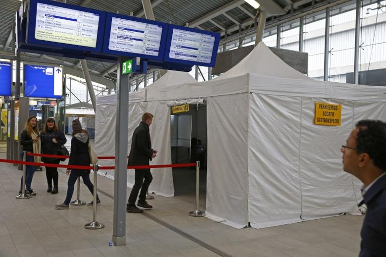 People cast their vote for the consultative referendum on the association between Ukraine and the European Union in a makeshift polling booth at the Central train station in Utrecht, the Netherlands, April 6, 2016. REUTERS/Michael Kooren/File Photo