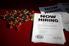 Листовки с объявлением о приеме на работу на ярмарке вакансий для военных ветеранов в Карсоне, Калифорния, 3 октября 2014 года. Число обращений за пособием по безработице в США неожиданно снизилось на прошлой неделе, приблизившись к минимуму 43 лет, на фоне продолжающегося улучшения ситуации на рынке труда, что впоследствии может повлечь за собой ускорение роста зарплат. REUTERS/Lucy Nicholson