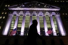 Прохожий у здания Нью-Йоркской фондовой биржи. 7 февраля 2017 года. Фондовые рынки США немного повысились при открытии в четверг за счёт роста цен на нефть, при этом индексы Nasdaq и S&P 500 достигли рекордных пиков. Нефтяные котировки демонстрируют рост вторую сессию подряд, поддерживаемые неожиданным снижением запасов бензина в США. REUTERS/Brendan McDermid