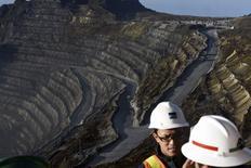 camiones operando en la mina de cobre Grasberg, operada por Freeport McMoRan Inc en Indonesia. 15 de febrero  2015. Rio Tinto está considerando desprenderse de su participación en la enorme mina de cobre Grasberg, operada por Freeport McMoRan Inc en Indonesia, en medio de la incertidumbre sobre el funcionamiento futuro de la mina. REUTERS/M Agung Rajasa/Antara Foto