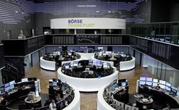 À Paris, le CAC 40 a fini en hausse de 1,25%. Le Footsie britannique a gagné 0,57% et le Dax allemand 0,86%. /Photo prise le 8 février 2017/REUTERS