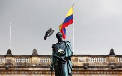 Una paloma se posa sobre una estatua de Simón Bolívar en el barrio de La Candelaria en Bogotá. 7 de octubre de 2016. Colombia eliminó un impuesto a las inversiones en portafolios de activos locales que realicen las administradoras de fondos de pensiones de Perú y Chile, y estudia si incluye a México en la excepción, dijo el jueves el director de regulación financiera del Ministerio de Hacienda, David Salamanca. REUTERS/John Vizcaino