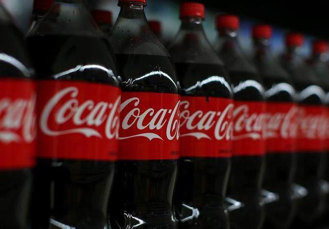 2月9日、米飲料大手コカ・コーラは、通年の調整後利益が減少する見通しを示した。カリフォルニア州で1月撮影(2017年 ロイター/Mike Blake)