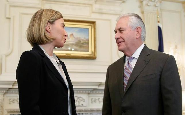 2月9日、欧州連合(EU)のモゲリーニ外交安全保障上級代表(写真左)は、ワシントンでティラーソン米国務長官(写真右)と初めて会談し、テロ対策やロシアとの関係、イラン核合意、ウクライナ情勢などについて協議した。EUが声明で明らかにした(2017年 ロイター/Joshua Roberts)