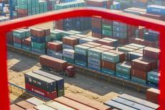 Las exportaciones de China crecieron un 7,9 por ciento en enero frente al mismo mes del año previo, superando con facilidad las expectativas de los analistas, mientras que las importaciones se expandieron un 16,7 por ciento, también más que lo previsto, mostraron el viernes datos preliminares. En la imagen de archivo, un cambio cruza una terminal de contenedores de mercancías en el puerto de Lianyungang, en la provincia china de Jiangsu, el 23 de enero de 2015. REUTERS/China Daily