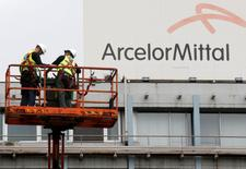 ArcelorMittal s'est dit optimiste vendredi sur l'évolution de la demande d'acier aux Etats-Unis et au Brésil mais prudent dans le cas de la Chine. Le premier sidérurgiste mondial a dit qu'il anticipait une consommation apparente d'acier, mesure qui prend en compte les variations des stocks, en hausse de 4% au plus aux Etats-Unis et au Brésil cette année, alors qu'elle s'était tassée en 2016, tandis que la demande de la Chine au contraire diminuerait de 1% au plus. /Photo d'archives/REUTERS/François Lenoir