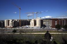 La compraventa de viviendas aumentó un 6,8 por ciento interanual en diciembre, tras una subida superior al 17 por ciento en el mes anterior. En esta imagen de archivo, unas grúas de construcción en las afueras de Madrid el 29 de febrero de 2016. REUTERS/Susana Vera
