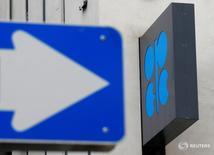 Дорожный знак на фоне логотипа ОПЕК на штаб-квартире картеля в Вене 30 мая 2016 года. Возглавляемое странами ОПЕК сокращение добычи нефти вполне может ускорить снижение мировых запасов, которое началось в прошлом году, однако реализуя соглашение лишь на протяжении шести месяцев, нефтедобытчики не сумеют достичь своей цели восстановить равновесие на рынке. REUTERS/Heinz-Peter Bader