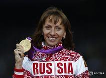 """Россиянка Мария Савинова-Фарносова после победы в беге на дистанции 800 метров на Олимпиаде в Лондоне 11 августа 2012 года.  Россиянка Мария Савинова-Фарносова лишилась золотой медали, выигранной на Олимпиаде в Лондоне в беге на 800 метров, после того как Спортивный арбитражный суд в пятницу наказал ее четырехлетней дисквалификацией из-за наличия """"явных доказательств"""" того, что она употребляла запрещенные препараты для улучшения спортивных результатов. REUTERS/Eddie Keogh"""