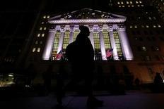 La Bourse de New York a battu ses records dès l'ouverture vendredi, poursuivant son mouvement haussier après la promesse de Donald Trump d'annonces rapides sur des baisses d'impôts et quelques résultats d'entreprises bien accueillis. Dans les premiers échanges, l'indice Dow Jones gagne 0,31% à 20.235,06 points. /Photo prise le 7 février 2017/REUTERS/Brendan McDermid