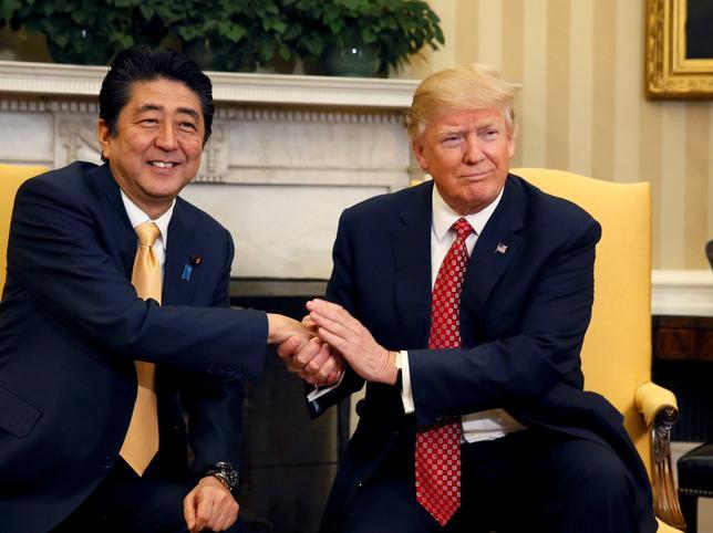 2月10日、トランプ米大統領(写真右)は、日米関係強化にコミットしているとの立場を示した。ホワイトハウスで同日撮影(2017年 ロイター/Jim Bourg)