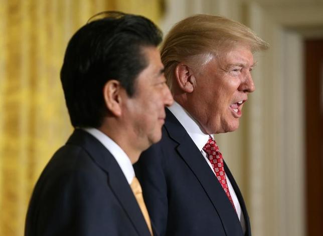 2月11日、安倍晋三首相(写真左)は、トランプ米大統領と記者会見に臨んだ。ホワイトハウスで10日撮影(2017年 ロイター/Joshua Roberts)