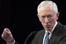 El vicepresidente de la Reserva Federal de Estados Unidos, Stanley Fischer, dijo que había una incertidumbre significativa sobre la política fiscal de Estados Unidos bajo la administración de Trump, pero la Reserva Federal sería estricta en el cumplimiento de las metas de crear empleo pleno y situar la inflación en el 2 por ciento. En la imagen de archivo, Fischer en un foro económico en Nueva York, 23 de marzo de 2015. REUTERS/Brendan McDermid/File Photo