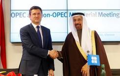 En la imagen de archivo, el ministro de Energía de Rusia, Alexander Novak (izq), y su par de Arabia Saudita, Khalid al-Falih, se dan la mano tras una conferencia de prensa luego de un encuentro en Viena. Rusia definirá en abril o mayo si debería extenderse el acuerdo sobre recortes a la producción mundial de petróleo sellado entre la OPEP y países fuera del grupo, cuya vigencia está prevista hasta el 31 de junio, dijo el sábado la agencia de noticias TASS citando al ministro de Energía Alexander Novak. REUTERS/Heinz-Peter Bader