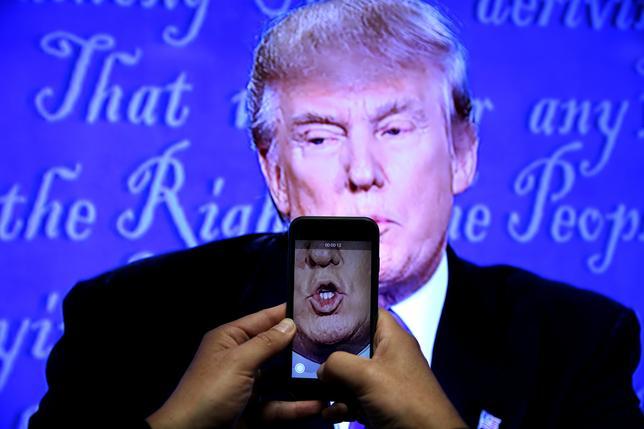 2月3日、ソーシャルメディアが人々の交流に役立たないというわけではない。だが、ソーシャルメディアは私たちの政治にとって有益なのだろうか。写真は2016年9月、ニューヨークでドナルド・トランプ氏をスマホで撮影するジャーナリスト(2017年 ロイター/Carlos Barria)