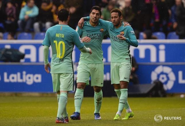 2月11日、サッカーのスペイン1部、バルセロナは敵地でアラベスに6─0で圧勝。リオネル・メッシ(左)、ルイス・スアレス(中央)、ネイマール(右)の「MSN」トリオがそろって得点した(2017年 ロイター/Vincent West)