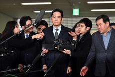 Lee Jae-yong (C), vice chairman of Samsung Electronics, arrives to be questioned as a suspect in a corruption scandal that led to the impeachment of President Park Geun-Hye, at the office of the independent counsel in Seoul on February 13, 2017.  REUTERS/Jung Yeon-Je/Pool