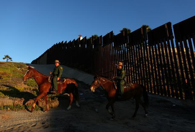 2月10日、米国土安全保障省の内部報告書によると、メキシコ国境沿いの壁の建設には216億ドル(約2.46兆円)の費用がかかるというが、大げさな見積もりを差し引いても、まずい投資選択と言える。加州サンディエゴ付近のメキシコ国境とのフェンス沿いで昨年11月撮影(2017年 ロイター/Mike Blake)
