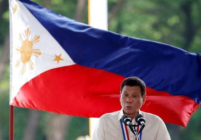 2月13日、フィリピンのラモス元大統領は12日、現在国内で進行している麻薬戦争は免責の文化を作り出しており、ドゥテルテ大統領(写真)はあまりに多くの決定を協議なしに下しているとの考えを示した。リサール州で昨年8月撮影(2017年 ロイター/Erik de Castro)