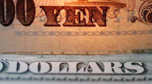 2月13日、終盤のニューヨーク外為市場では、米減税で企業の利益や投資が増加するとの期待感から、ドルが他の主要通貨に対して上昇した。2010年9月撮影(2017年 ロイター/Yuriko Nakao/File Photo/Illustration)