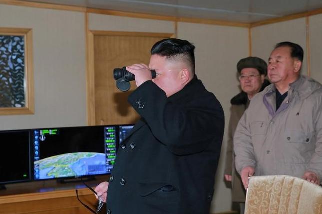 2月14日、菅義偉官房長官は閣議後会見で、北朝鮮が12日に弾道ミサイルを発射したことに対する日本独自の追加制裁措置に関して「何が最も効果的かという観点から、今後の対応を不断に検討していきたい」と述べた。新型弾道ミサイル「北極星2号」の試射に立ち会う金正恩氏。提供写真(2017年 ロイター)