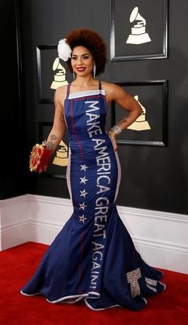 2月12日、米ロサンゼルスで開催された第59回グラミー賞の授賞式は、アーティストらが「抵抗」を表明するなど、かつてないほど政治的なショーとなった。一方でトランプ大統領支持派も。写真はトランプ大統領選挙戦中のスローガン「アメリカを再び偉大に」と前面に刺繍されたドレス姿の歌手ジョイ・ヴィラ(2017年 ロイター/Mario Anzuoni)