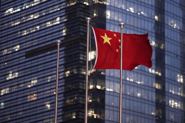 2月14日、中国保険監督管理委員会(保監会)のDuan Haizhou氏は、中国保険業界の2017年の保険料収入について、規制強化の影響で伸びが鈍化するとの見方を示した。写真は2011年9月上海・浦東新区で撮影(2017年 ロイター/Carlos Barria)