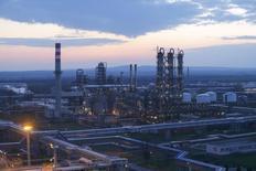 НПЗ венгерской компании MOL в городе Сазхаломбатта. 22 марта 2016 года. Цены на нефть стабилизировались во вторник на фоне возглавляемых ОПЕК усилий, направленных на сокращение добычи, однако рост производства в США продолжил оказывать давление на котировки. REUTERS/Laszlo Balogh