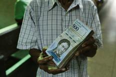 La policía paraguaya encontró el lunes unas 25 toneladas de billetes venezolanos escondidos en bolsas en una vivienda de la ciudad de Saltos del Guairá, en la frontera con Brasil, informó un portavoz de la fuerza. En la foto de archivo, billetes de 500 bolivares en Caracas el 16 de enero de 2017. REUTERS/Marco Bello