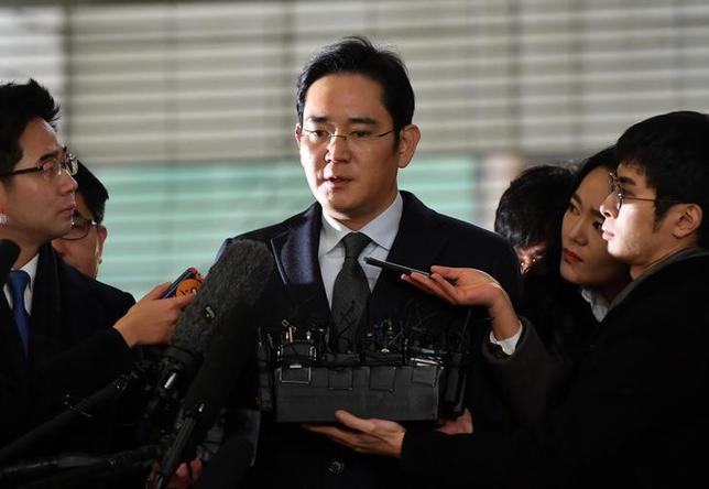 2月14日、韓国の特別検察当局は、サムスングループの事実上トップである李在鎔(イ・ジェヨン、写真)氏に対する逮捕状を請求すると発表した。写真は13日、代表撮影(2017年 ロイター/Jung Yeon-Je)
