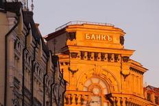 """Надпись """"Банк"""" на здании в Москве. Российский банковский сектор в январе сократил совокупный объем кредитов экономике на 0,3 процента, без учета влияния курса – на 0,1 процента, до 40,8 триллиона рублей, свидетельствуют данные Банка России.  REUTERS/Maxim Shemetov"""