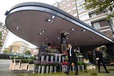 En la imagen, un hombre pasa junto a un puesto de flores en una antigua gasolinera en el norte de Londres el 26 de octubre de 2016.Los precios británicos al consumidor subieron el mes pasado al ritmo más rápido desde junio de 2014, debido al alza de los precios mundiales del petróleo y a la caída del valor de la libra esterlina por el Brexit, mostraron el martes los datos oficiales. REUTERS/Toby Melville