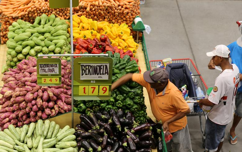 Consumers shop for food at a market in Sao Paulo, Brazil January 11, 2017. REUTERS/Paulo Whitaker/File Photo