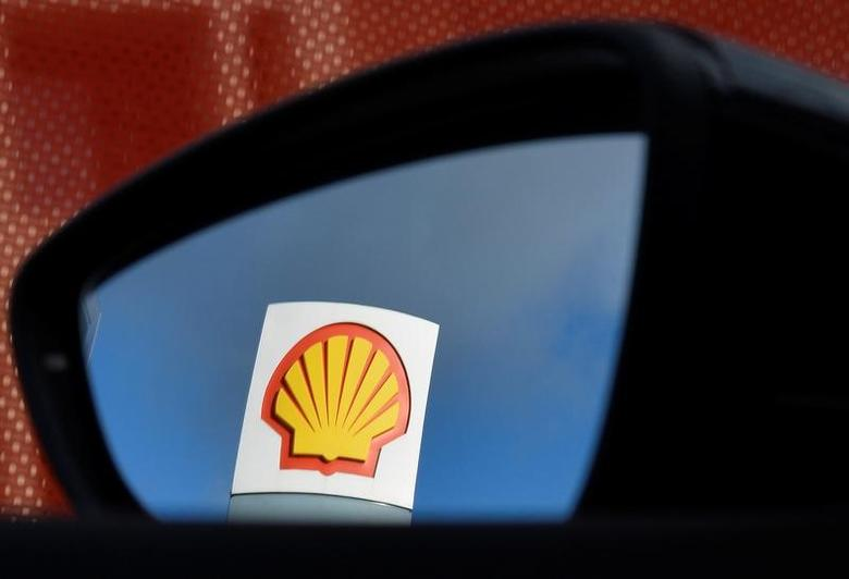 A Shell logo is seen reflected in a car's side mirror at a petrol station in west London, Britain, January 29, 2015. Picture taken January 29, 2015.  REUTERS/Toby Melville/File Photo