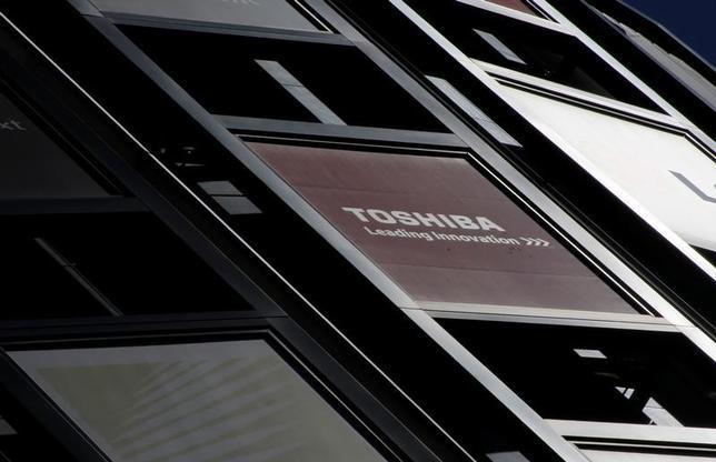 2月14日、東芝は2016年4─12月期に米原発事業関連の減損損失7125億円を計上すると発表した。写真は14日、都内で撮影(2017年 ロイター/Toru Hanai)