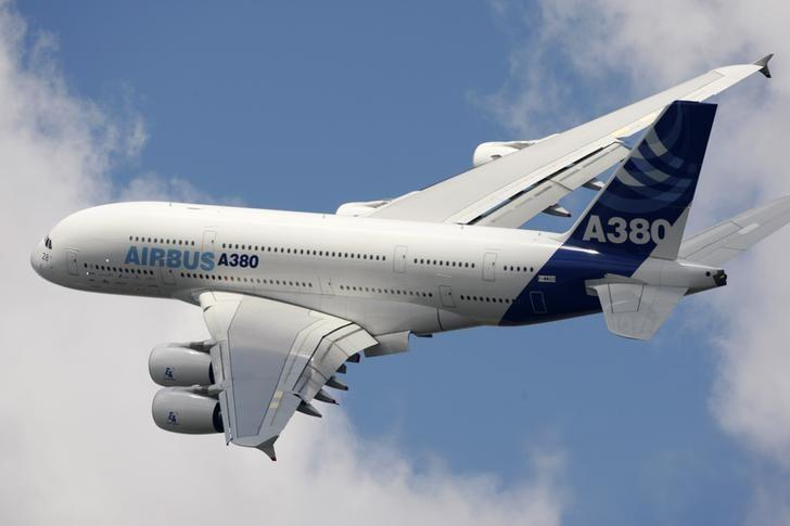 An Airbus A380 takes part in a flying display during the 48th Paris Air Show at the Le Bourget airport near Paris, June 16, 2009. REUTERS/Pascal Rossignol/File photo