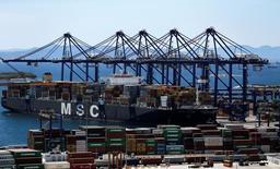 Le groupe suisse non coté Mediterranean Shipping Company (MSC), numéro deux mondial du transport de conteneurs, a annoncé mardi être en négociation en vue de prendre une participation dans le capital de son concurrent italien de plus petite taille Messina. /Photo d'archives/REUTERS/Alkis Konstantinidis