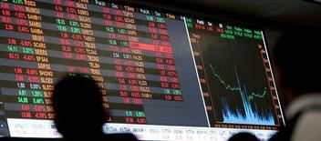 Telão com gráficos mostrando flutuações dos índices de mercado na Bolsa Bovespa, no centro de São Paulo 09/05/2016 REUTERS/Paulo Whitaker/File photo