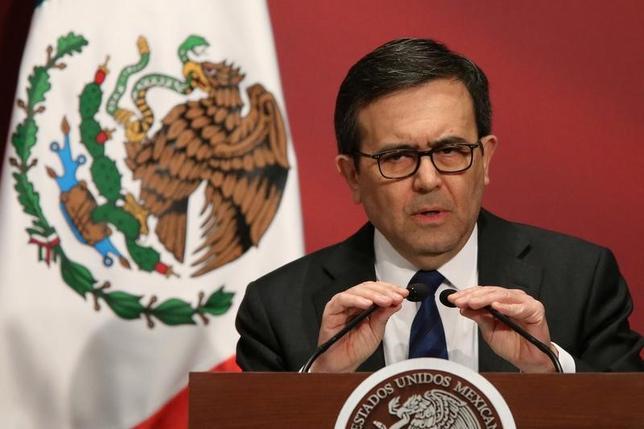 """2月14日、メキシコのグアハルド経済相は、米国で浮上しているメキシコからの輸入品に課税する構想は実現することはないとの見方を示した。写真は""""Made in Mexico''のイベントにてスピーチを行う同経済相。メキシコシティーで1日撮影(2017年 ロイター/Edgard Garrido )"""