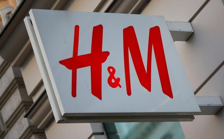 The logo of Swedish fashion lebel H&M is seen outside a store in Vienna, Austria, October 1, 2016.    REUTERS/Leonhard Foeger