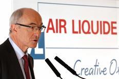 Air Liquide, qui est à suivre mercredi à la Bourse de paris, se dit confiant dans sa capacité à faire croître son résultat net en 2017 après avoir annoncé pour 2016 des résultats sensiblement inférieurs aux attentes du marché après avoir intégré dans ses comptes la société américaine Airgas rachetée en 2015. Le groupe propose de relever de 2,7% son dividende à 2,60 euros par action et prévoit aussi de verser au second semestre une action gratuite pour 10 actions détenues. /Photo d'archives/REUTERS/Charles Platiau