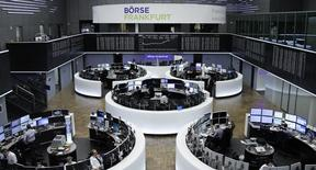 Las bolsas europeas subían el miércoles a primera hora, impulsadas por valores mineros y del sector financiero, en una sesión plagada de resultados de empresas.  En esta imagen de archivo, operadores trabajan en la Bolsa de Fráncfort el 1 de febrero de 2017. REUTERS/Staff/Remote