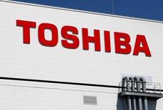 En la imagen, un logo de Toshiba en una fábrica en Yokkaichi, Japón, el 9 de septiembre de 2014.Las acciones de Toshiba Corp se hundían el miércoles después de que el conglomerado dijo que contabilizaría un cargo por 6.300 millones de dólares en su unidad de energía nuclear en Estados Unidos y podría vender una mayor porción de su preciado negocio de chips de memorias flash que lo previsto para recaudar fondos. REUTERS/Reiji Murai/File Photo