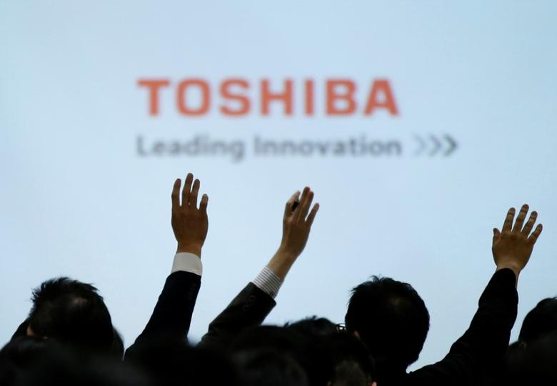 Reporters raise their hands for a question during a news conference by Toshiba Corp CEO Satoshi Tsunakawa and other senior sompany officials at the company's headquarters in Tokyo, Japan February 14, 2017. REUTERS/Toru Hanai