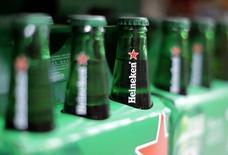 Heineken, le numéro deux mondial de la bière, a publié mercredi des résultats 2016 légèrement meilleurs qu'attendu et maintenu son objectif d'une amélioration de ses marges cette année en dépit de conditions de marché incertaines. /Photo d'archives/REUTERS/Eric Gaillard