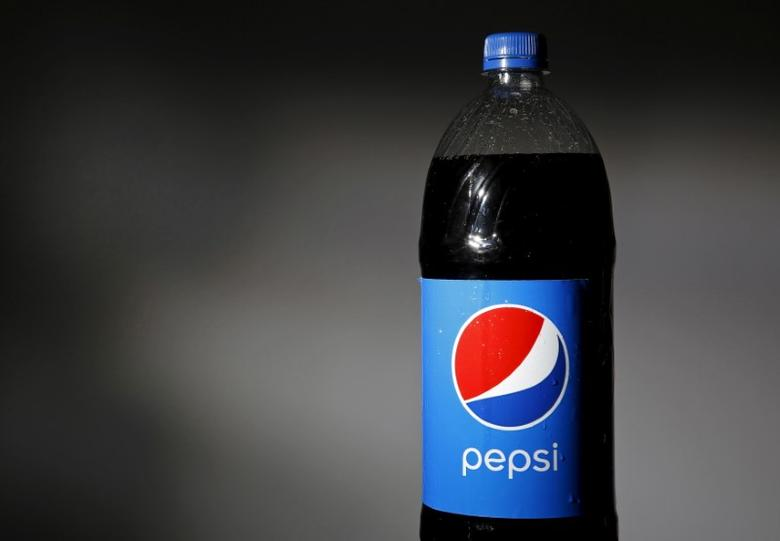 FILE PHOTO -  A bottle of Pepsi is seen in this file photo illustration February 10, 2015. REUTERS/Jim Young/Illustration/Files